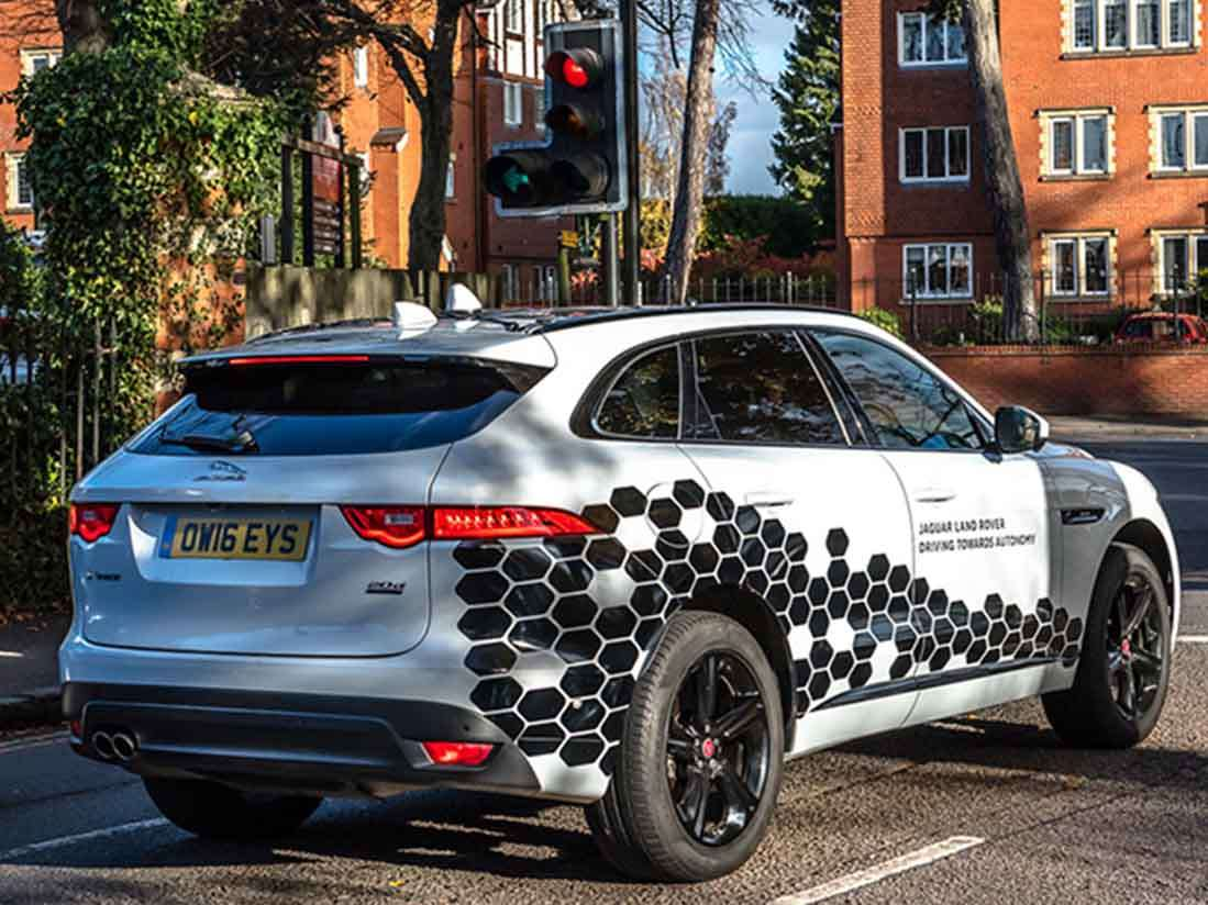 Jaguar prueba sus vehículos autónomos y conectados en carreteras urbanas