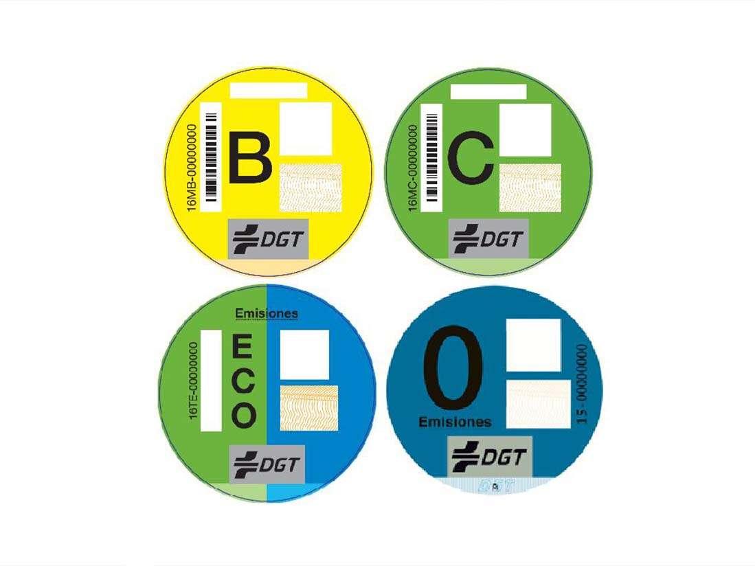 Ya se pueden adquirir los distintivos medioambientales de los vehículos en oficinas de Correos